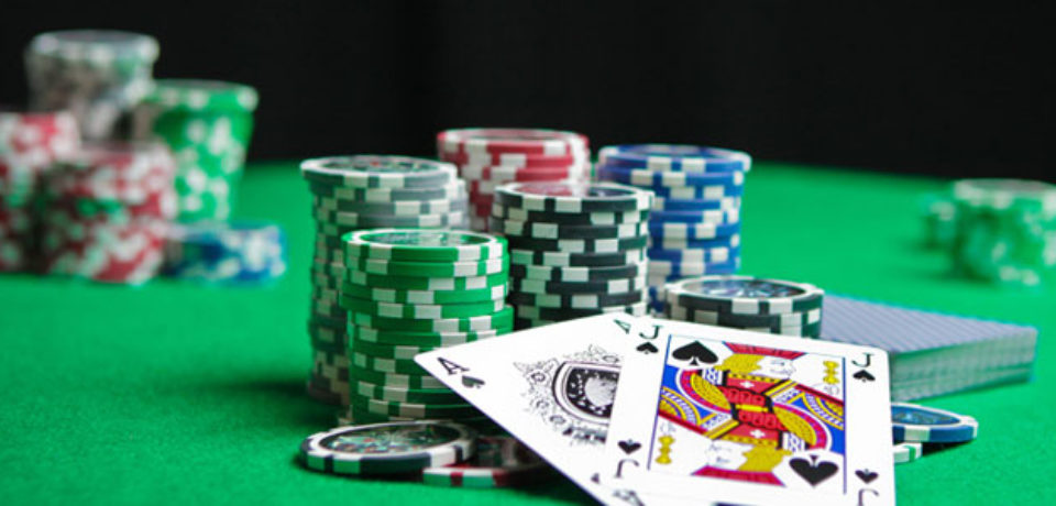 Describe some advantages of playing poker online.